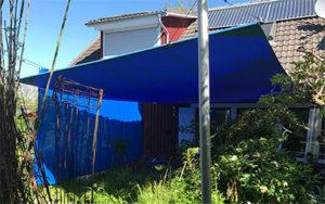 Blauer Sichtschutz in Form eines Sichtschutzvorhanges