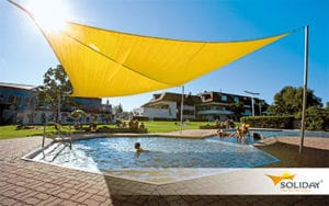 Manuell bedienbares Sonnensegel über ein Kinderbecken im Schwimmbad gespannt