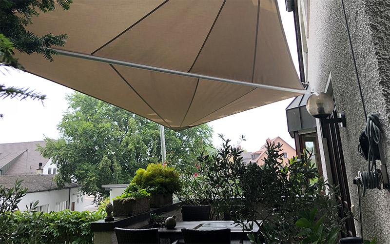 Soliday-X Weißes halbautomatisches Sonnensegel an einem Haus montiert und gespannt