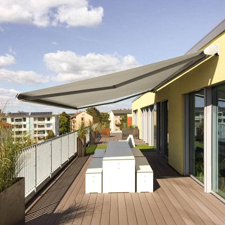 Reflexa Gelenkarmmarkise Jubilo Plus auf dem Balkon montiert