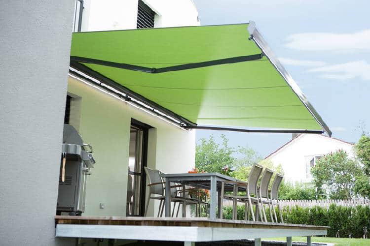 Relfexa Suntigua Gelenkarmmarkise über Terrasse montiert ohne Menschen