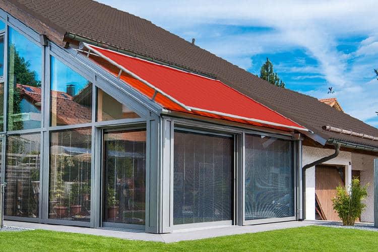 Rote Reflexa Wintergartenmarkise Life auf Haus montiert