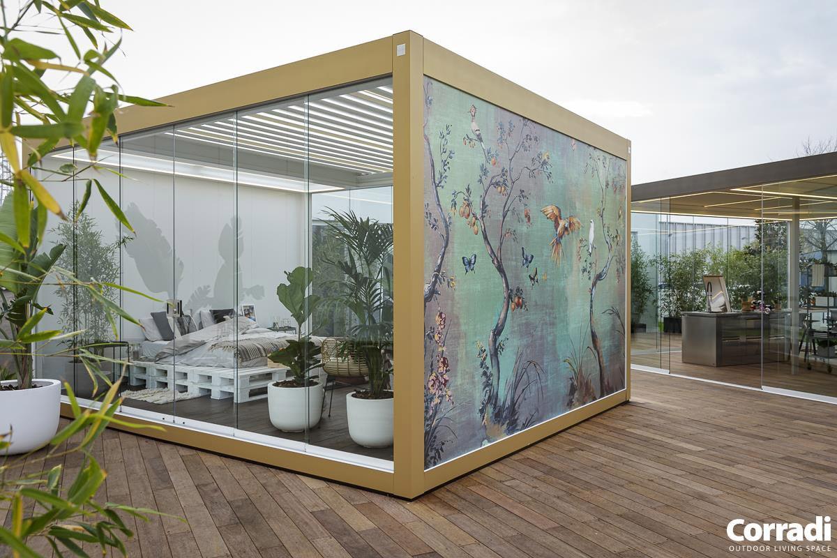 Bioclimatics Imago Pergola mit schönem Wandmotiv auf einer Seite