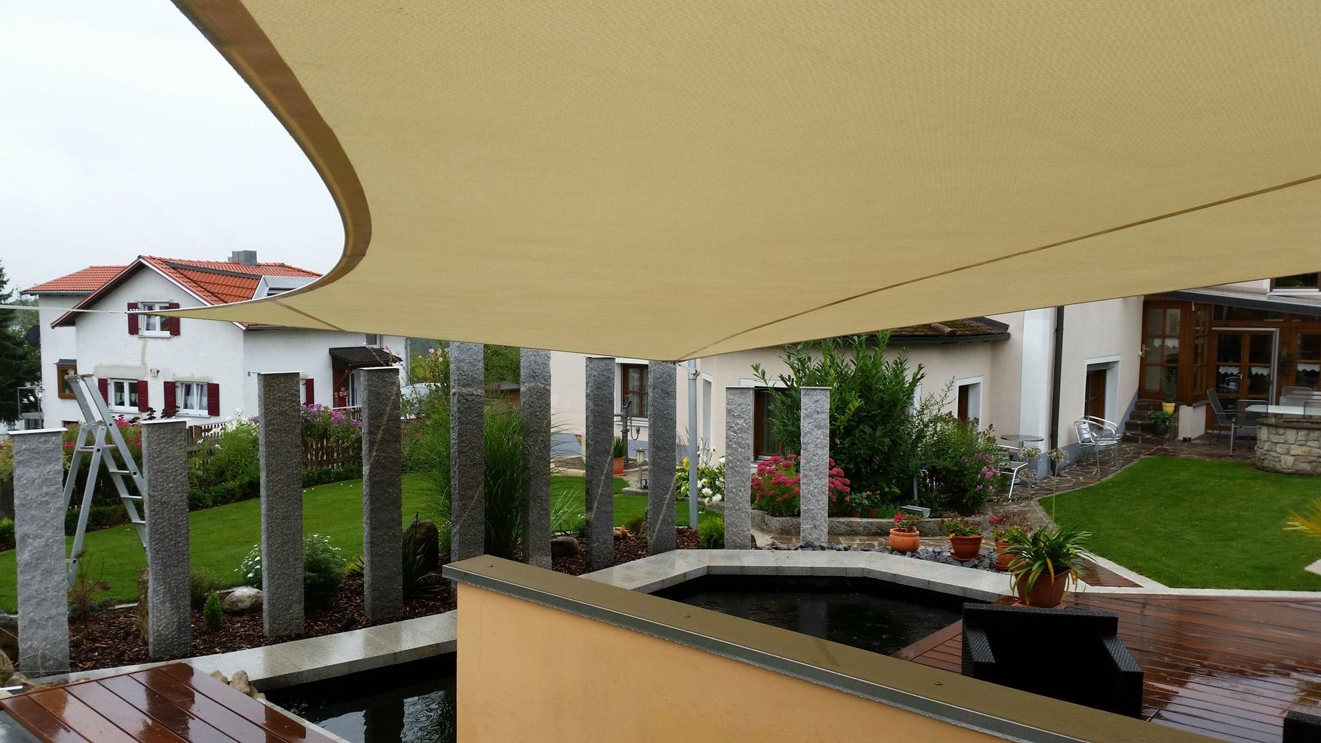 Beiges Sonnensegel als Saisonsegel zur Beschattung und Regenschutz für die Terrasse